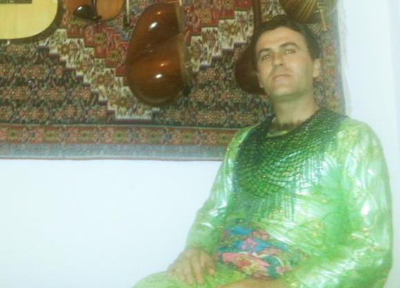 یک فعال مرد در اعتراض به توهین دادگاه مریوان به زنان لباس زنانه بر تن کرد+ عکس