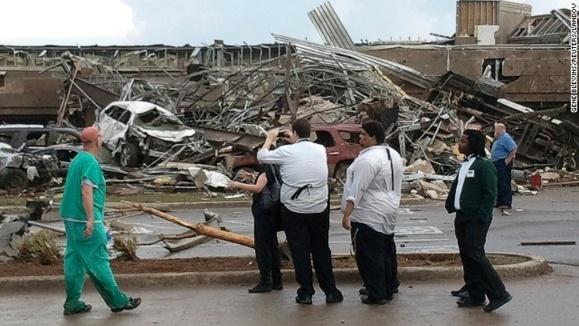 گردباد مهیب در شهر «مور » در ایالت اوکلاهمای آمریکا، بیش از ۹۰ کشته برجای گذاشته است