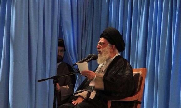 """سخنرانی خامنه ای در سالگرد در گذشت آقای خمینی. آن که از پشت پرده  سرک کشیده، آقا زاده """"مسعود خامنه ای"""" اس"""