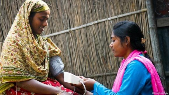 مدد کاران همه فن حریف بنگلادشی با دوچرخه و لپتاپ در خدمت مردم