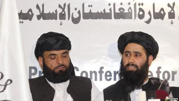 محمد نعیم، سخنگوی طالبان (راست) در نشست خبری این گروه در دوحه