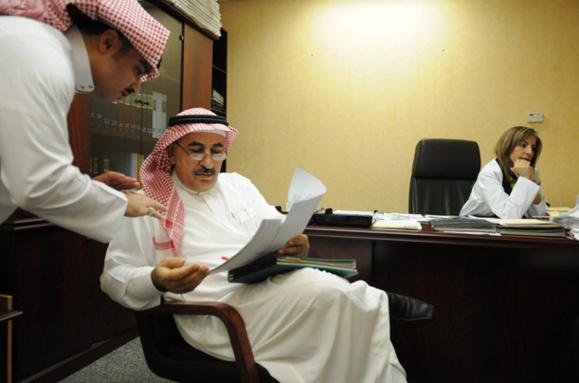 نورا الملحوق ، مدیر بیمارستان فیصل در سمت راست تصویر مشخص است.
