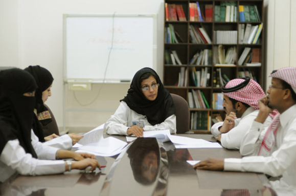 دکتر محا المنیف ، رئیس دپارتمان سلامت خانواده در یک جلسه ی کاری