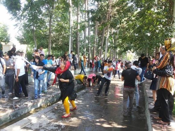 دستگیری دهها جوان دختر و پسر در مراسم آب بازی شهر کرج + عکس