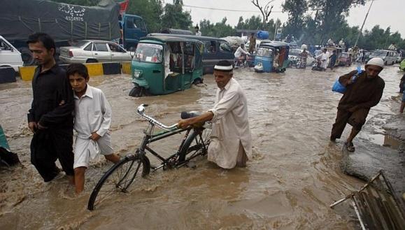 تلفات ناشی از سرازیر شدن سیلاب ها در چندین ولایت افغانستان به بیش از صد تن رسیده است