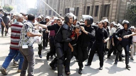 صدها تن از حامیان محمد مرسی در حمله نیروهای امنیتی مصر کشته ومجروح شدند