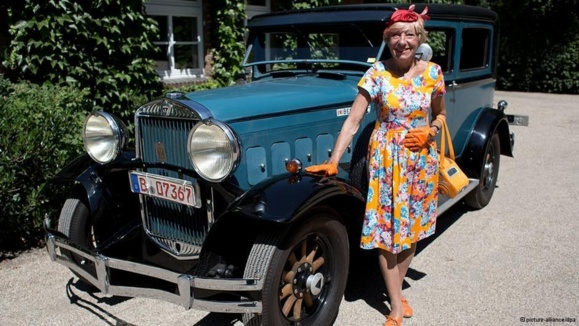 سفر زن ۷۶ ساله آلمانی با خودرویی عتیقه به دور جهان