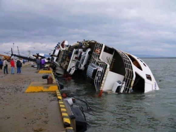 """غرق شدن کشتی ایرانی حامل دهها اتومبیل بمبگذاری شده در بندر""""ام قصر""""عراق"""