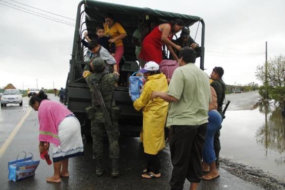 دست کم 20 نفر در جریان دو توفان قدرتمند در مکزیک کشته شدند+عکس