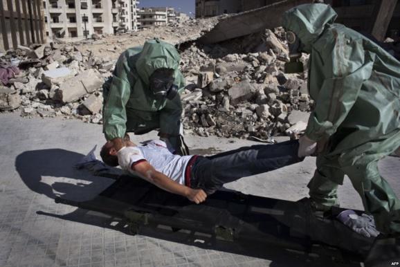 تمرین داوطلبان در شهر حلب سوریه در مورد چگونگی واکنش به یک حمله شیمیایی. بخش عمده شهر حلب در دست مخالفان بشار اسد است.