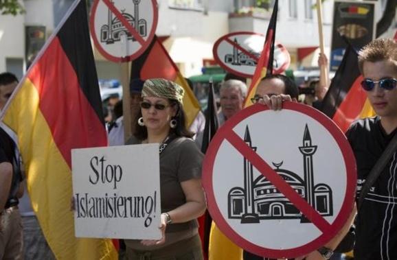 نئونازیهای ألمانی در اعتراض به وجود مسلمان در این کشور