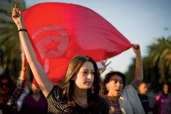 روز زن در تونس به راه پیمایی واعتراض علیه دولت اسلامگرای این کشور بدل شد+عکس