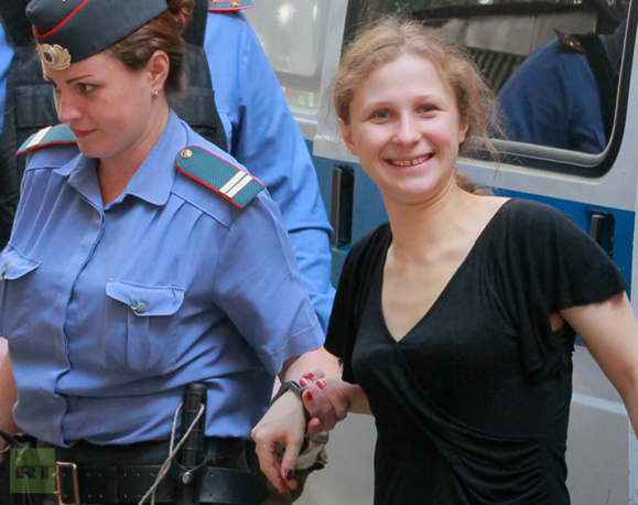 یک عضو گروه پانک روسی پوسی رایوت از زندان آزاد شد