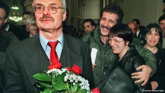 رأی نهایی دادگاه در ۱۰ آوریل ۱۹۹۷ در برلین با استقبال و شادی شاکیان قربانیان دادگاه میکونوس روبهرو شد. خانم شهره بدیعی (نفر دوم از راست)، همسر نوری دهکردی، قربانی ترور میکونوس در میان حاضران در دادگاه. هانس یوآخیم اریگ، وکیل مدافع (نفر جلو)