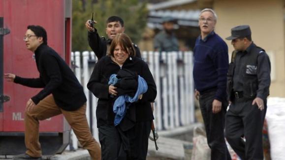 حمله مهاجمان انتحاری به یک مجتمع خارجی در کابل
