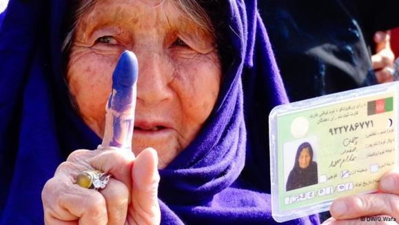 علیرغم نگرانیهای امنیتی، میلیونها زن و مرد افغان به پای صندوقهای رأی رفتند