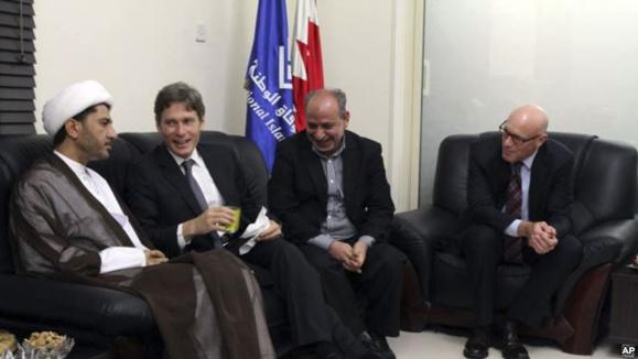 تصویر منتشر شده از سوی حزب الوفاق بحرین که دیدار تام مالینوفسکی با شیخ علی سلمان را نشان می دهد - ۶ ژوئیه ۲۰۱۴
