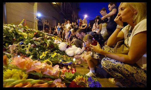 عزای عمومی در هلند برای قربانيان حادثه سقوط هواپيمای مالزيایی وخبر از وجود 80 کودک در بین قربانیان