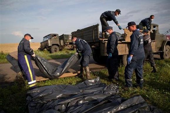 توهین وبی احترامی روسها نسبت به اجساد قربانیان هواپیمای مالزیایی
