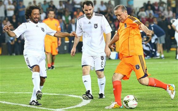 نخست وزیر 60 ساله ترکیه در یک بازی فوتبال دوستانه غوغا به پا کرد