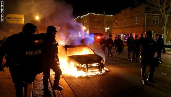 اعتراضات و آشوب خیابانی در فرگوسن وشهرهای بزرگ امریکا  در رابطه با پرونده قتل یک جوان سیاهپوست+عکس