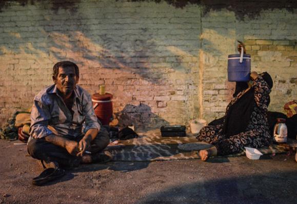خانواده عرب اهوازی که در سایه غارت ثروت خدادادی توسط تهرانیها و نژاد پرستی مسولین استان در کنار خیابان مسکن گزیده است