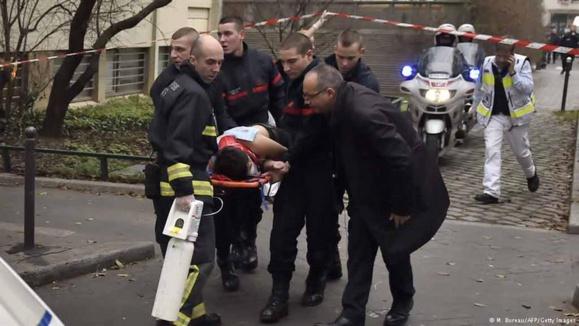 """دستکم ۱۲ کشته در حمله اسلامگرایان به دفتر نشریه طنز """"شارلی ابدو"""" در پاریس"""