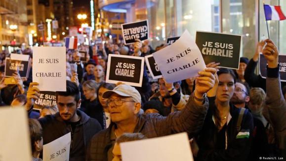 """سانفرانسیسکو آمریکا؛ ابراز همبستگی با حادثهدیدگان حمله تروریستی پاریس با شعار """"من شارلی هستم"""""""