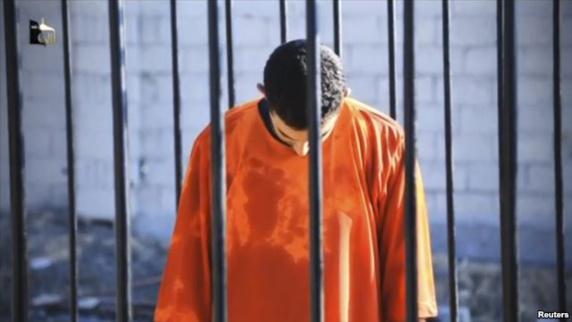 مردی که گفته شده معاذ الکساسبه، خلبان اردنی است که در سلولی در مکانی نامعلوم در اسارت داعش است. اين ويديو ۱۴ بهمن ۹۳ منتشر شد.