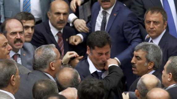 درگیری نمايندگان پارلمان ترکیه ۵ زخمی بر جا گذاشت