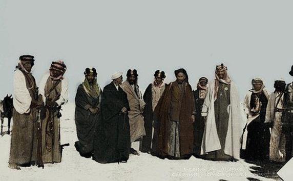 شاهزاده شیخ خزعل فرمانروای محمره در استقبال از شاهزاده عبدالعزیز بن سعود در ساحل رود کارون-1916