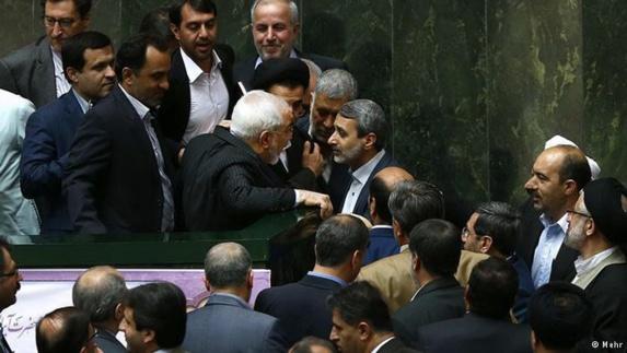 ظریف و تیم هستهای در مجلس همزمان با تجمع مخالفان