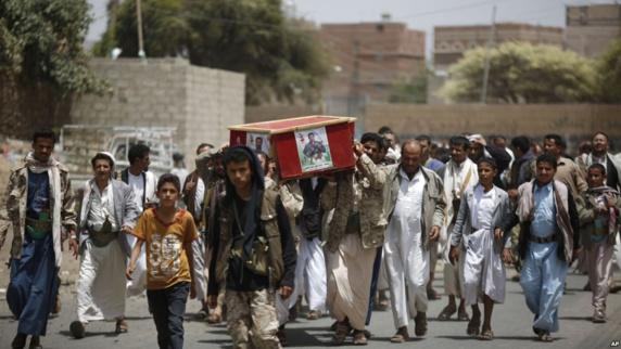 حوثی ها در حال تشییع یکی از شورشیان مسلح هستند