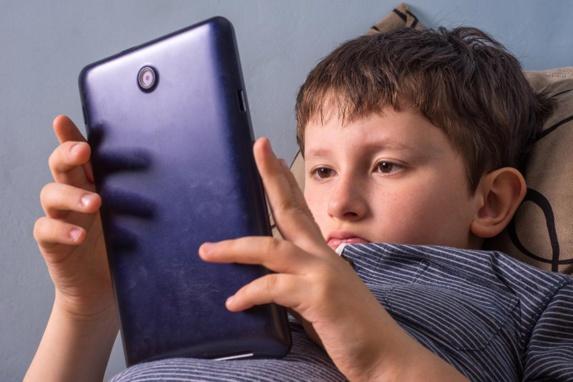 عواقب خطرناک استفاده بیش از حد تبلت برای کودکان
