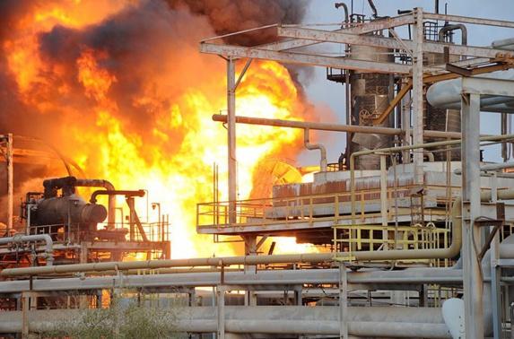 آتشسوزی مهیب در پتروشیمی بوعلی در ماهشهر