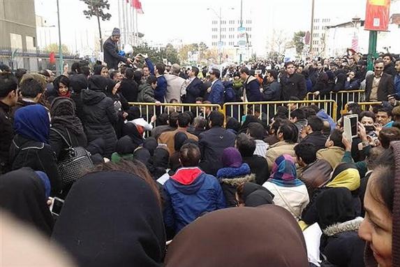اعتراض بیش از ۵هزار معلم، بازنشسته و کارگر در مقابل مجلس ارتجاع