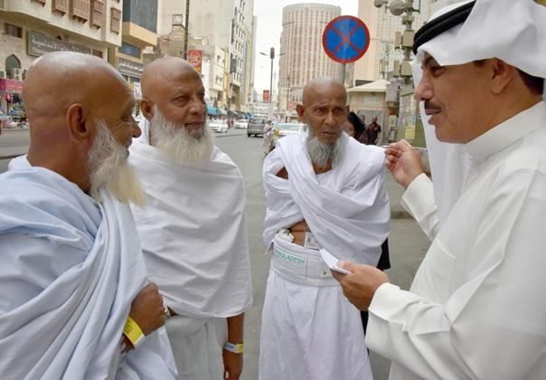 حاج شمس الدین و همراهان خود در حال گفتگو با خبرنگار روزنامه الیوم