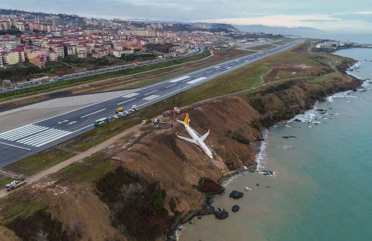 لغزندگی باند فرودگاه هواپیما را تا لب دریای سیاه کشاند + تصویر