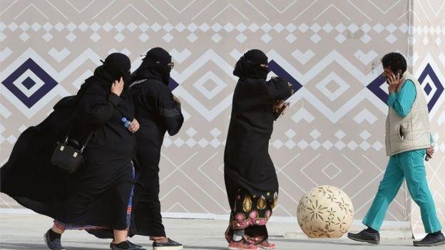 روحانی سرشناس عربستان : ضرورتی ندارد زنان عبایه بپوشند