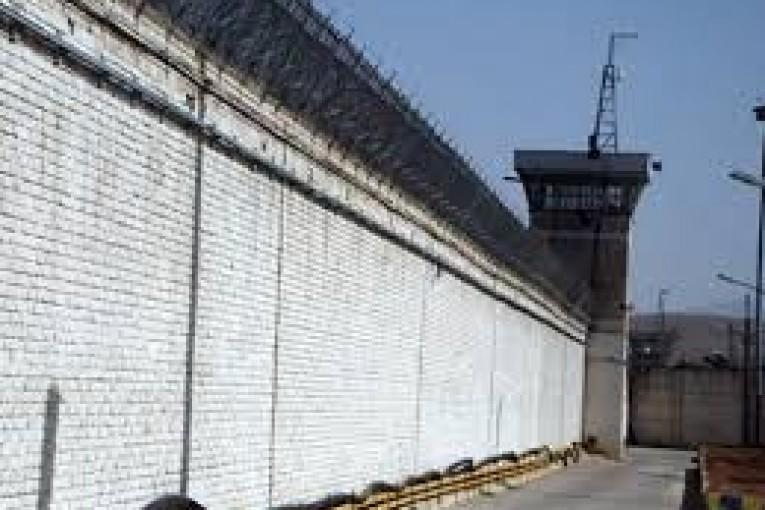 زيباكلام:  مگر با زندانیانمان چگونه برخورد میکنیم که آنان را به فکر خودکشی میاندازیم؟!