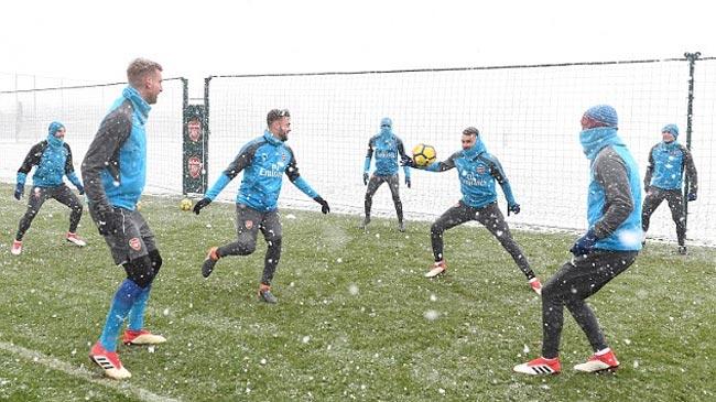 تمرین توپچیها زیر بارش شدید برف قبل از بازی با منچستر سیتی + عکس