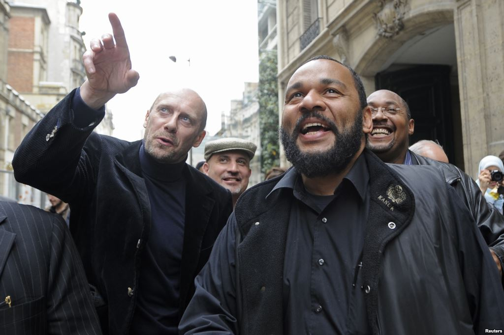 کمدین فرانسوی دیودون امبالا امبالا در وزارت کشور فرانسه - ماه مه ۲۰۰۹