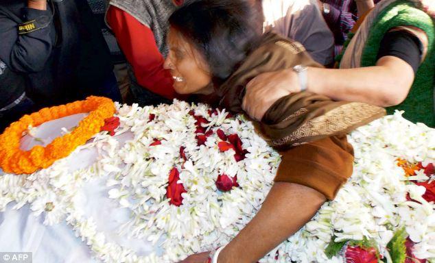 """متجاوزان پس از تجاوز گروهی به دختری شانزده ساله در هند او را """"آتش زدهاند"""""""