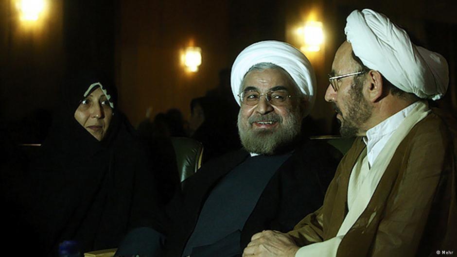 حسن روحانی در کنار علی یونسی و فائزه رفسنجانی