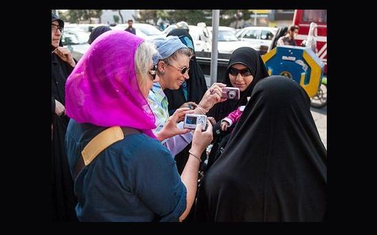 تجمع «بدون مجوز» گروهی از زنان در تهران علیه بدحجابی