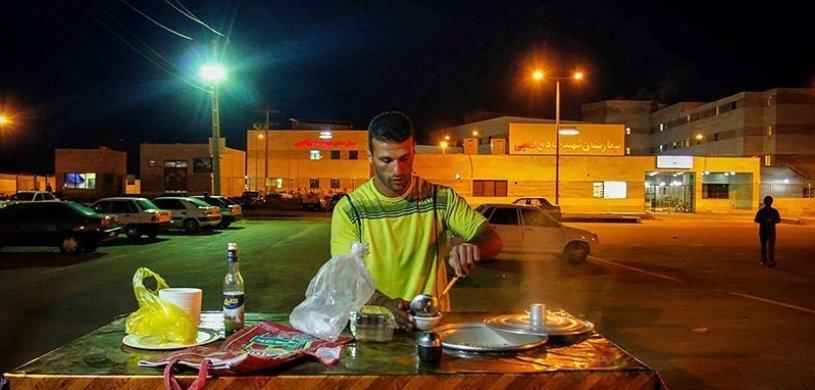"""قهرمان نجات غریق جهان در خیابان های برازجان """"فلافل"""" می فروشد"""