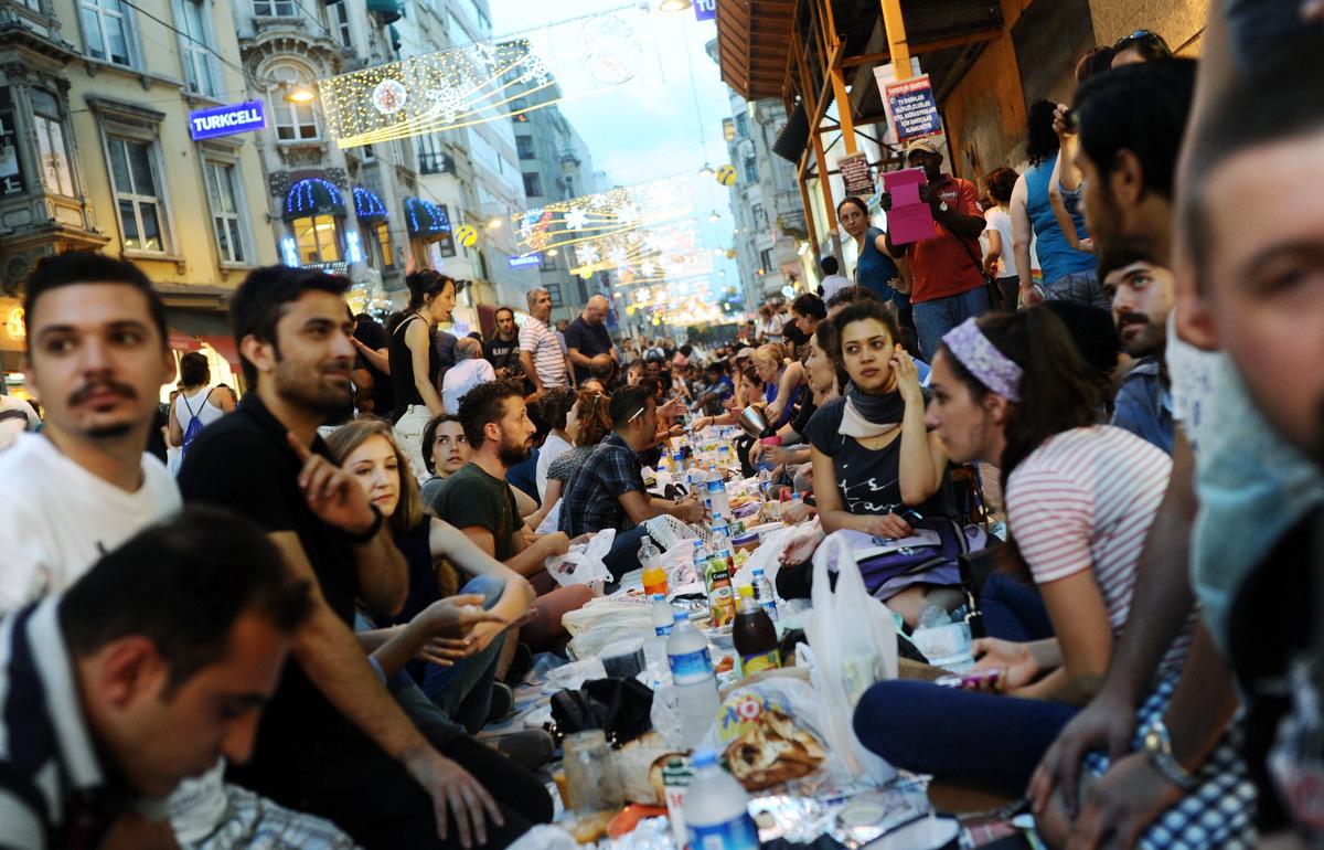ماه مبارک رمضان امروز با اقامه نماز تراویح آغاز خواهد شد