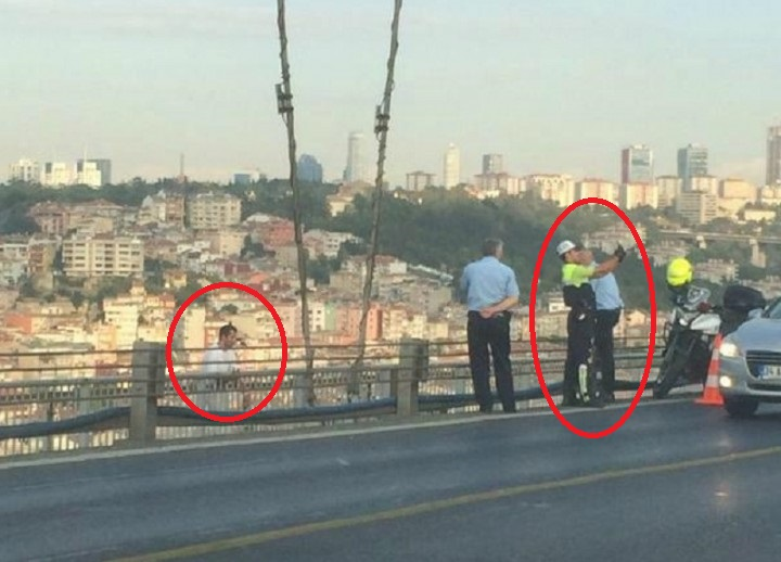 عکس سلفی پلیس ترکیه در کنار مردی که داشت خود کشی می کرد