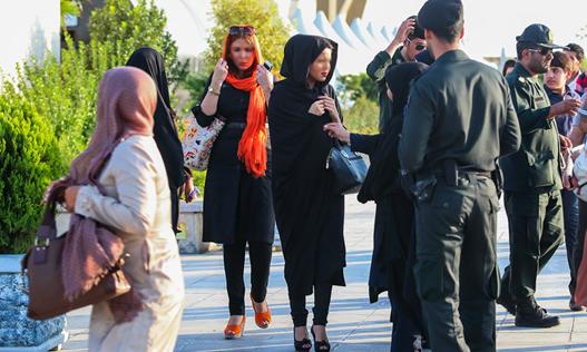 پلیس ایران مانتوهای کوتاه، تنگ و منقش به تصاویر نامأنوس و همچنین ساپورتهای بدننما را از مصادیق بد حجابی دانسته