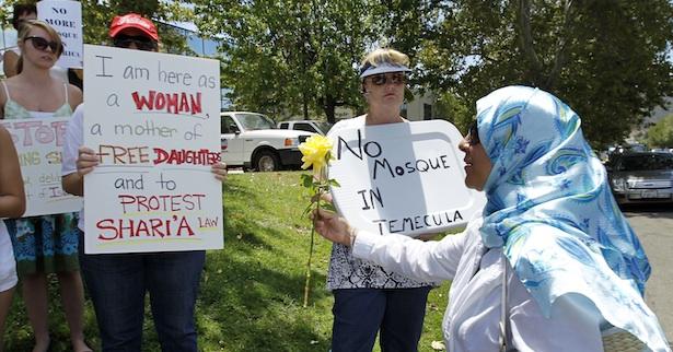 ویدئوی تحقیر و توهین به یک زن مسلمان در هواپیمای امریکایی جنجالی شد:«اینجا ایالات متحده امریکا است»